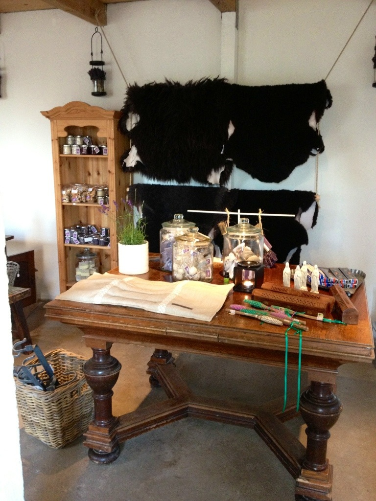 Möblerna har en möbelsnickare i familjen gjort.